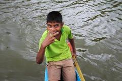 Junge, der Blickkontakt mit Kamera aufnimmt Stockfoto