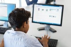 Junge, der Computer verwendet stockbild