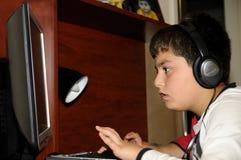 Junge, der Computerspiele spielt Lizenzfreies Stockbild