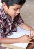 Junge, der das Buch liest lizenzfreies stockbild