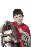 Junge, der das Fahrrad repariert Lizenzfreie Stockbilder