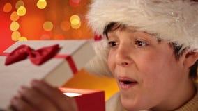 Junge, der das Geschenk erhält, das er für Weihnachten wünschte stock footage
