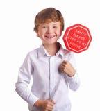 Junge, der das Weihnachtszeichen bittet Sankt, vorbei zu kommen hält Lizenzfreies Stockfoto