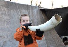 Junge, der das winterhorn durchbrennt stockfotos