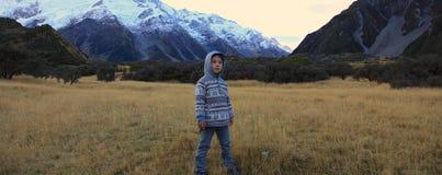 Junge, der in den Bergen wandert Stockfotografie