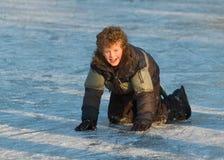 Junge, der den Eislauf erlernt Lizenzfreie Stockfotos