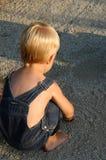 Junge, der in den Felsen spielt Stockfoto