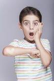 Junge, der in den Schmerz mit dem verletzten Arm reagiert Stockfotos