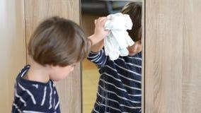 Junge, der den Spiegel säubert stock video