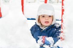 Junge, der den Winter genießt. Lizenzfreie Stockfotos