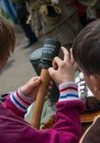 Junge, der in der Hand eine blinde Granate hält Stockbilder