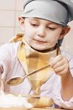Junge, der an der Küche kocht lizenzfreie stockfotografie