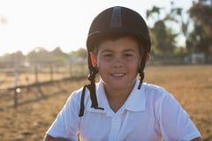 Junge, der an der Kamera in der Ranch lächelt lizenzfreie stockbilder