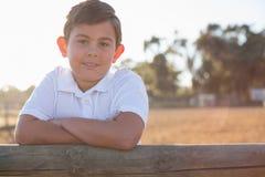 Junge, der an der Kamera in der Ranch lächelt lizenzfreie stockfotos