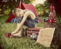 Junge, der in der Landschaft kampiert Stockfotografie