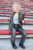 Junge, der die Eiscreme im Freien isst Stockfotografie