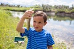 Junge, der die Fische zeigt, die er fing Lizenzfreie Stockfotos