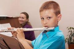 Junge, der die Flöte spielt Lizenzfreie Stockfotos