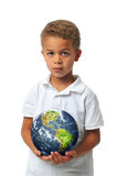 Junge, der die Planetenerde anhält Stockfotografie