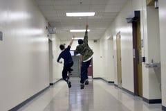 Junge, der in die Schule läuft Stockfoto