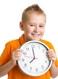 Junge, der die Zeit mit acht Uhr im Studio lokalisiert anzeigt Lizenzfreie Stockfotos