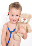 Junge, der Doktor mit Teddybären spielt Stockfotos