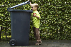 Junge, der a-Dose Trashing ist stockbilder
