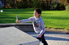 Junge, der draußen Klingeln pong spielt Lizenzfreie Stockfotos