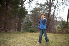 Junge, der draußen spielt Stockbilder