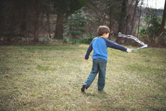 Junge, der draußen spielt lizenzfreie stockbilder