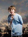 Junge, der dumm fungiert Stockbild
