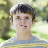 Junge, der dummes Gesicht bildet stockfotos