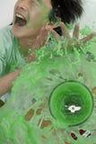 Junge, der durch überfließende Mischvorrichtung gespritzt wird Lizenzfreie Stockfotografie