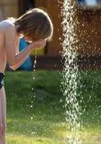 Junge, der Dusche an der im Freien sich wäscht Stockfoto