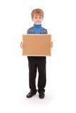 Junge, der ein Brett gemacht vom Korken hält Lizenzfreie Stockbilder