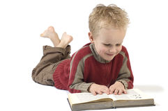 Junge, der ein Buch 1 liest lizenzfreie stockbilder