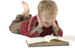 Junge, der ein Buch 5 liest stockbilder