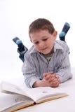Junge, der ein Buch liest Lizenzfreie Stockfotografie