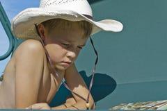 Junge, der ein Buch liest lizenzfreie stockfotos