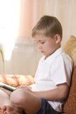 Junge, der ein elektronisches Spiel spielt Lizenzfreie Stockfotografie