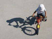 Junge, der ein Fahrrad reitet stockfoto