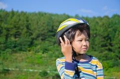 Junge, der ein Fahrrad reitet lizenzfreie stockbilder