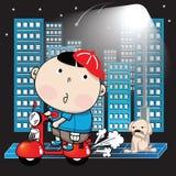 Junge, der ein Motorrad in der Stadt auf eine Nacht reitet Lizenzfreie Stockbilder