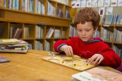 Junge, der ein Puzzlespiel aufbaut Lizenzfreies Stockfoto