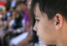 Junge, der ein Schauspiel schaut Lizenzfreie Stockbilder