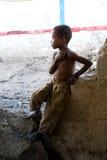 Junge, der ein schaut Stockfotografie