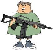Junge, der ein Sturmgewehr anhält Stockbild