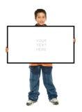Junge, der ein unbelegtes Zeichen anhält lizenzfreie stockfotos