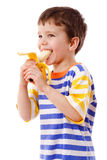 Junge, der eine Banane isst Lizenzfreies Stockfoto