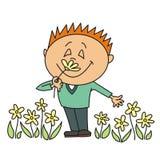 Junge, der eine Blume riecht Lizenzfreie Stockfotografie